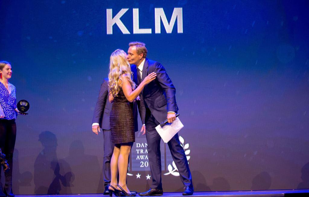 Medvært ved Danish Travel Awards, TV 2-journalist Rasmus Tantholdt, overrækker prisen som bedste europæiske ruteflyselskab til KLM til landechef Anita Wagner Feddersen. (Foto: Michael Stub)