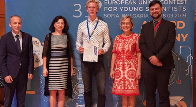 Magnus Quaade Oddershede (i midten) ved præmieoverrækkelsen i Sofia i Bulgarien. (Foto: Unge Forskere / PR)