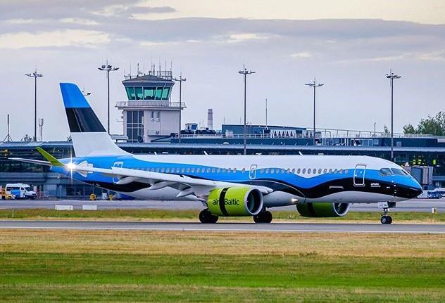 Airbus A220-300 fra airBalitc i særlig estisk bemaling (Foto: Kārlis Dambrāns | CC 2.0)
