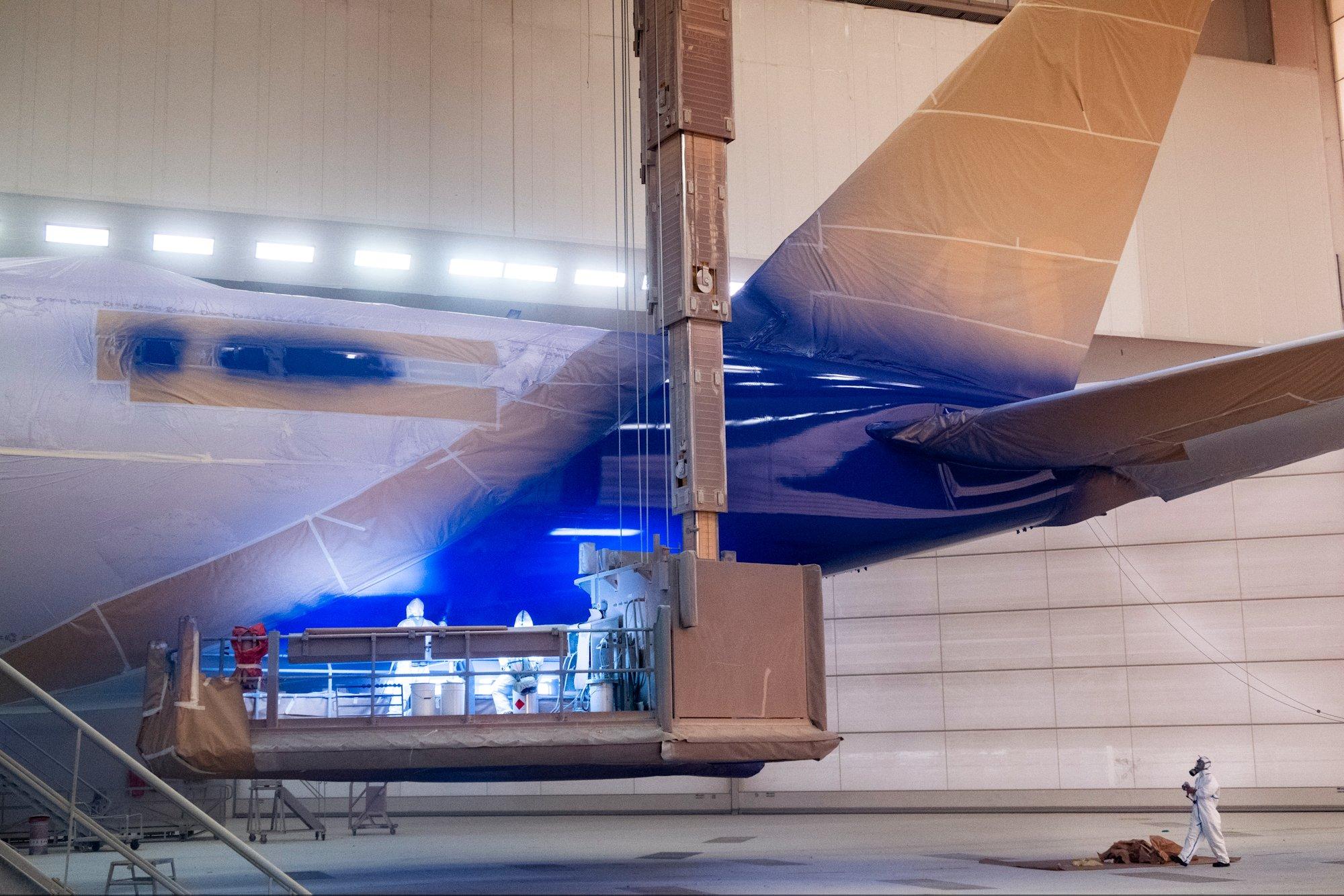 Første Airbus A350-900 XWB i malerhallen hos Airbus i Toulouse. (Foto: SAS | Twitter)