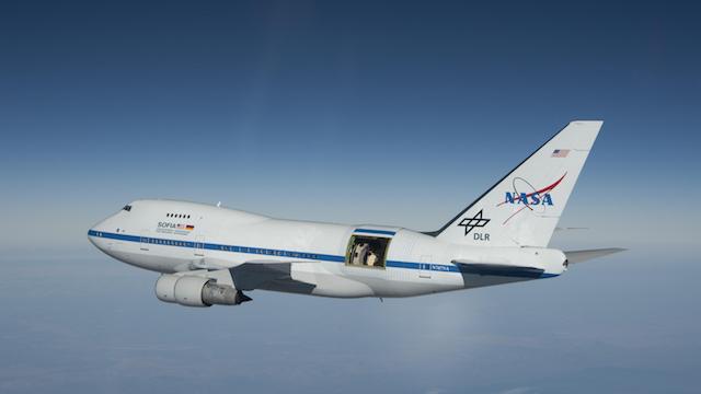 Det særlige NASA Boeing 747-fly med den åbne luge bagers i flyet. Foto: NASA