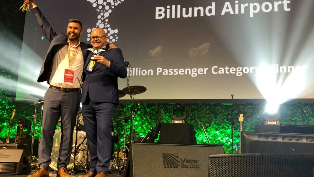 Marketingchef Jesper Klaus og adm. direktør Jan Hessellund modtager på scenen i Adelaide den eftertragtede World Routes Award-pris. (Foto: Routes Online | UBM)
