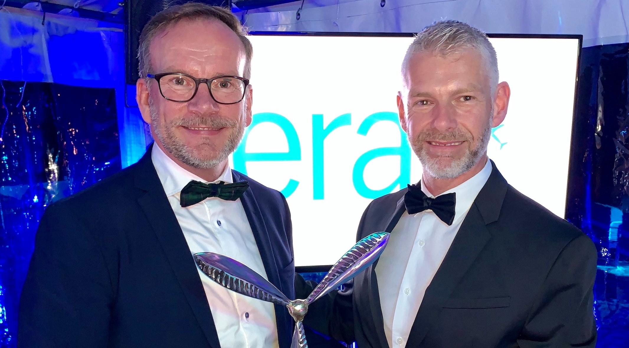 Administrerende direktør, Peer H. Kristensen, og Head of Airline Relations, David Surley, i Aarhus Lufthavn modtog en 'Airport of the Year Award' ved ERAs generalforsamling i Frankrig. (Foro: Aarhus Airport | PR)