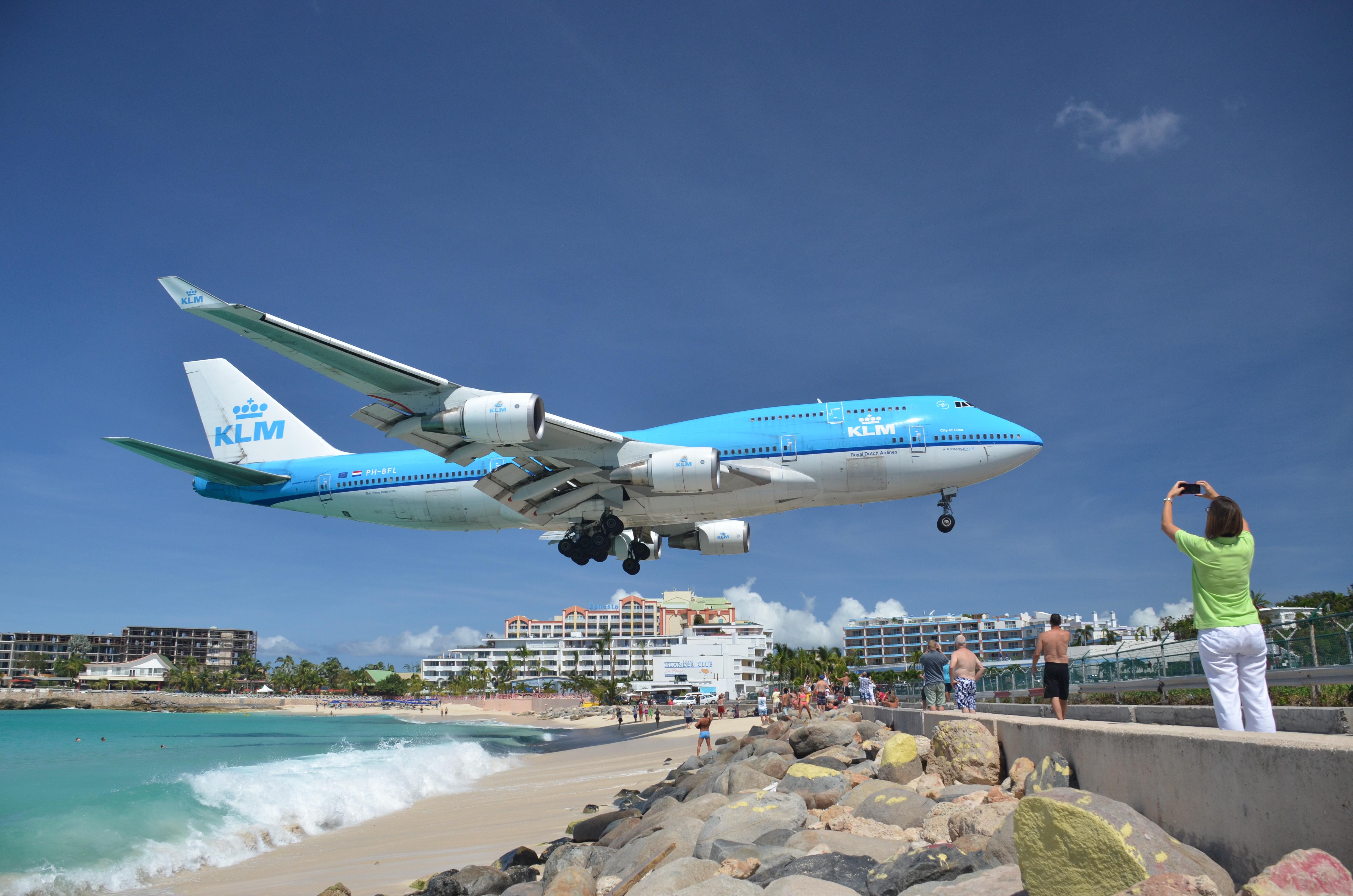 Boeing 747-400 fra KLM har tidligere år fløjet til St. Maarten, der er kendt for den spektakulære indflyvning over en strand. Foto: alljengi, CC 2.0