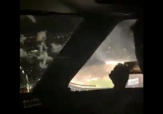Piloterne på et fly fra det argentinske flyselskab Austral filmer et fyrværkerishow under en landing i Buenos Aires. Foto: Twitter