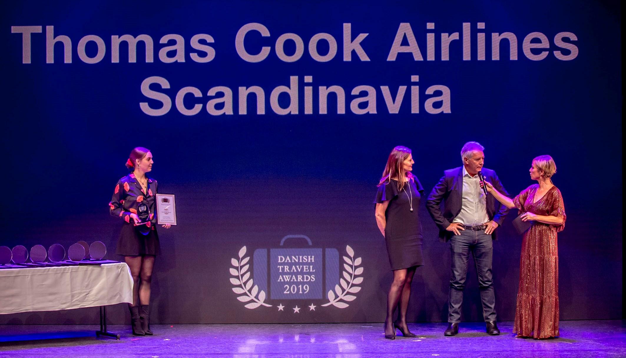 Lisbeth Nedergaard t.v. og John Alexandersen fra Thomas Cook Airlines Scandinavia modtog prisen som bedste charterflyselskab. (Foto: Michael Stub)