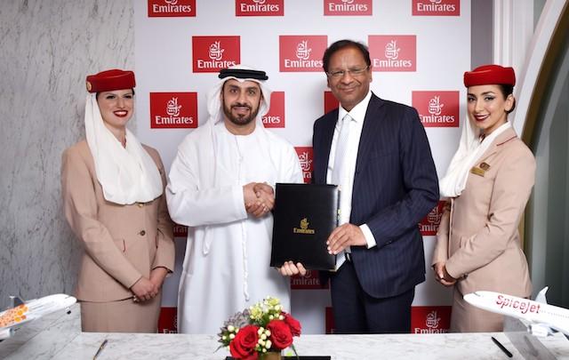Adnan Kazim fra Emirates og SpiceJets direktør Ajay Singh indgik samarbejdsaftalen.