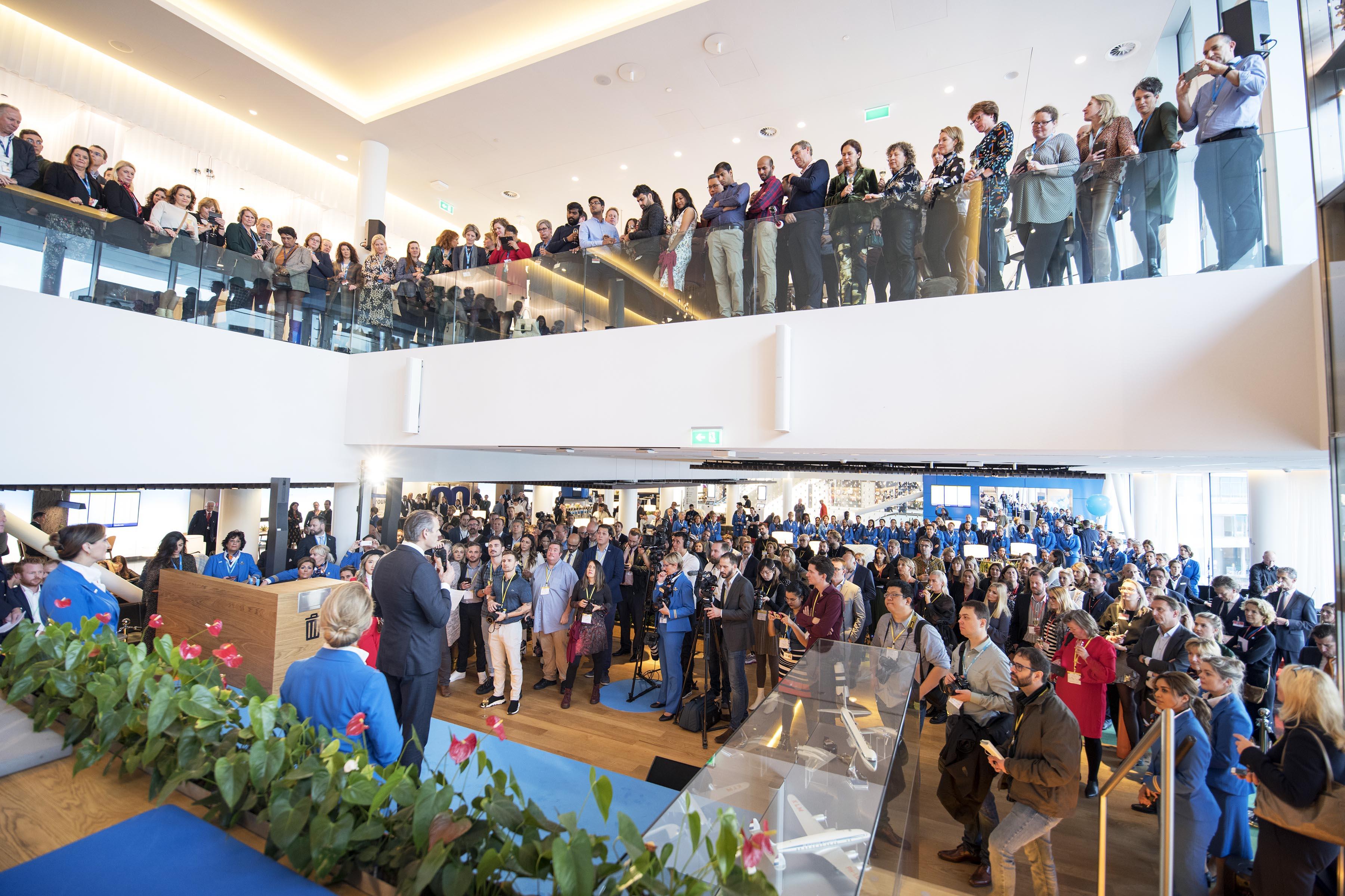 Rejsende, ansatte, presse og inviterede gæster var mødt frem til åbningen. (Foto: Joakim J. Hvistendahl)
