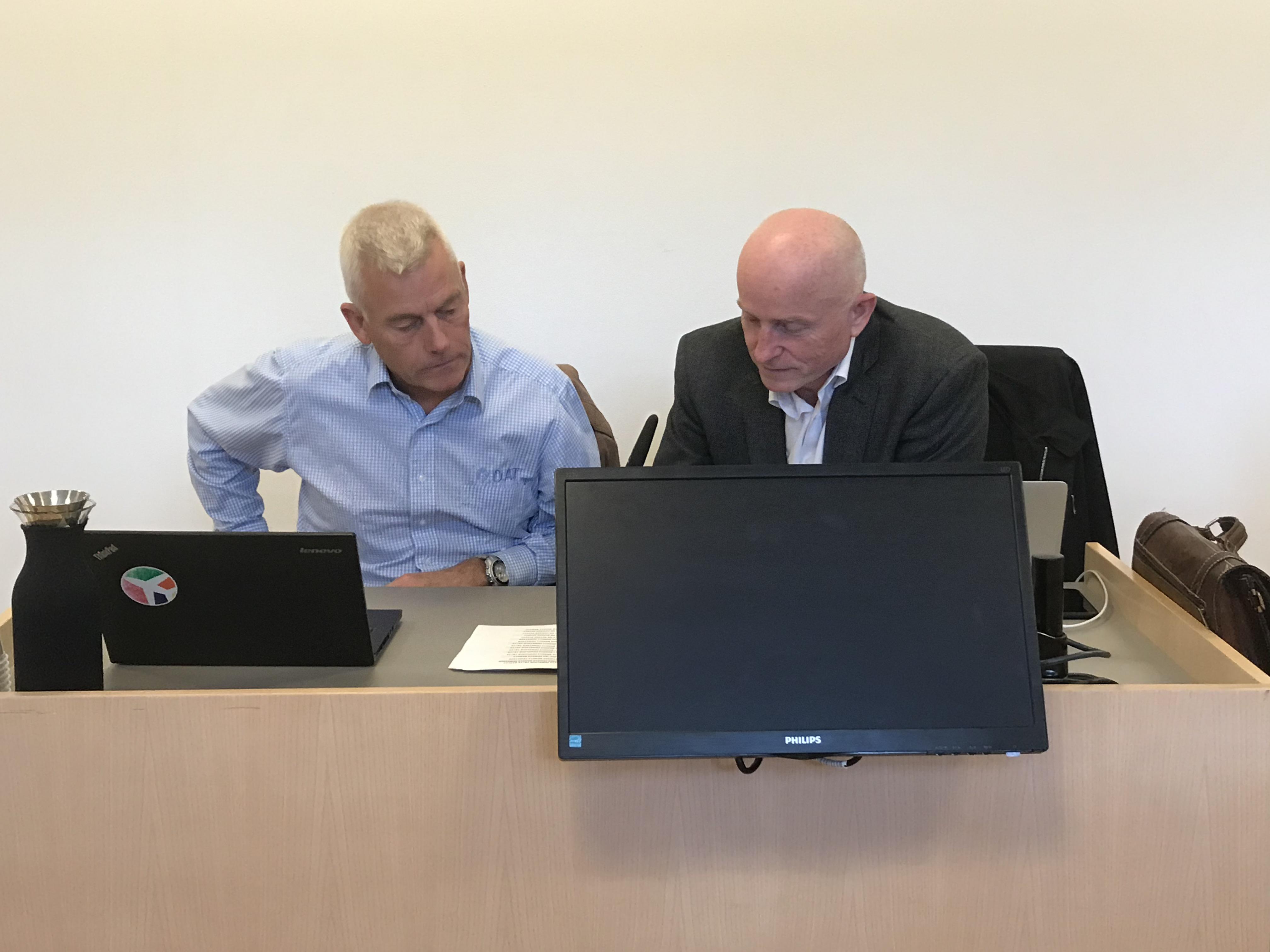 Adm. direktør Jesper Rungholm (t.v.) og advokat Jens Sømod Mønster Birk i Retten i Randers (Foto: Ole Kirchert Christensen)