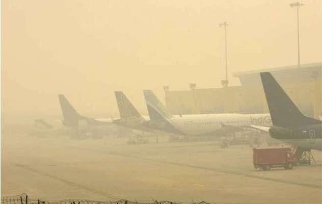 Smog ligger som en tung dyne over Indira Gandhi International Airport i New Delhi (Foto: ANI News)