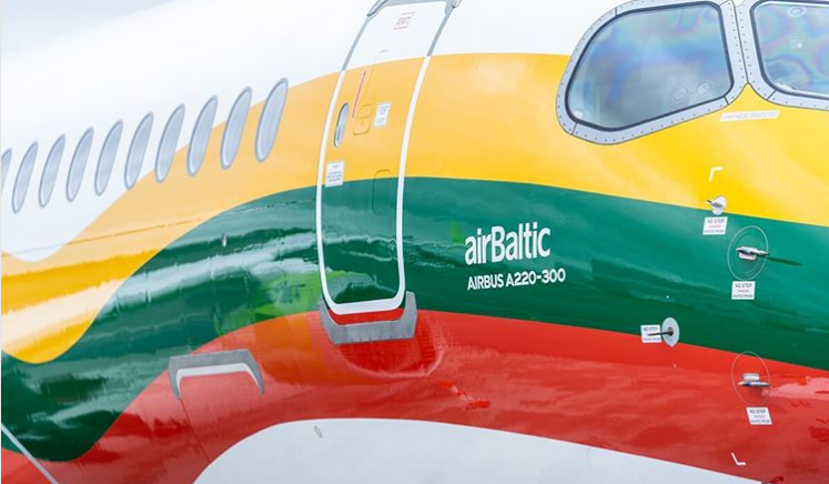 Airbus A220-300 fra airBaltic i litauiske nationalfarver. (Foto: airBaltic)