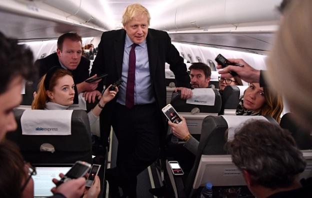Boris Johnson i flyet fra Alsie Express. (Foto: Ben Stansall – WPA Pool/Getty Images 1187385606)