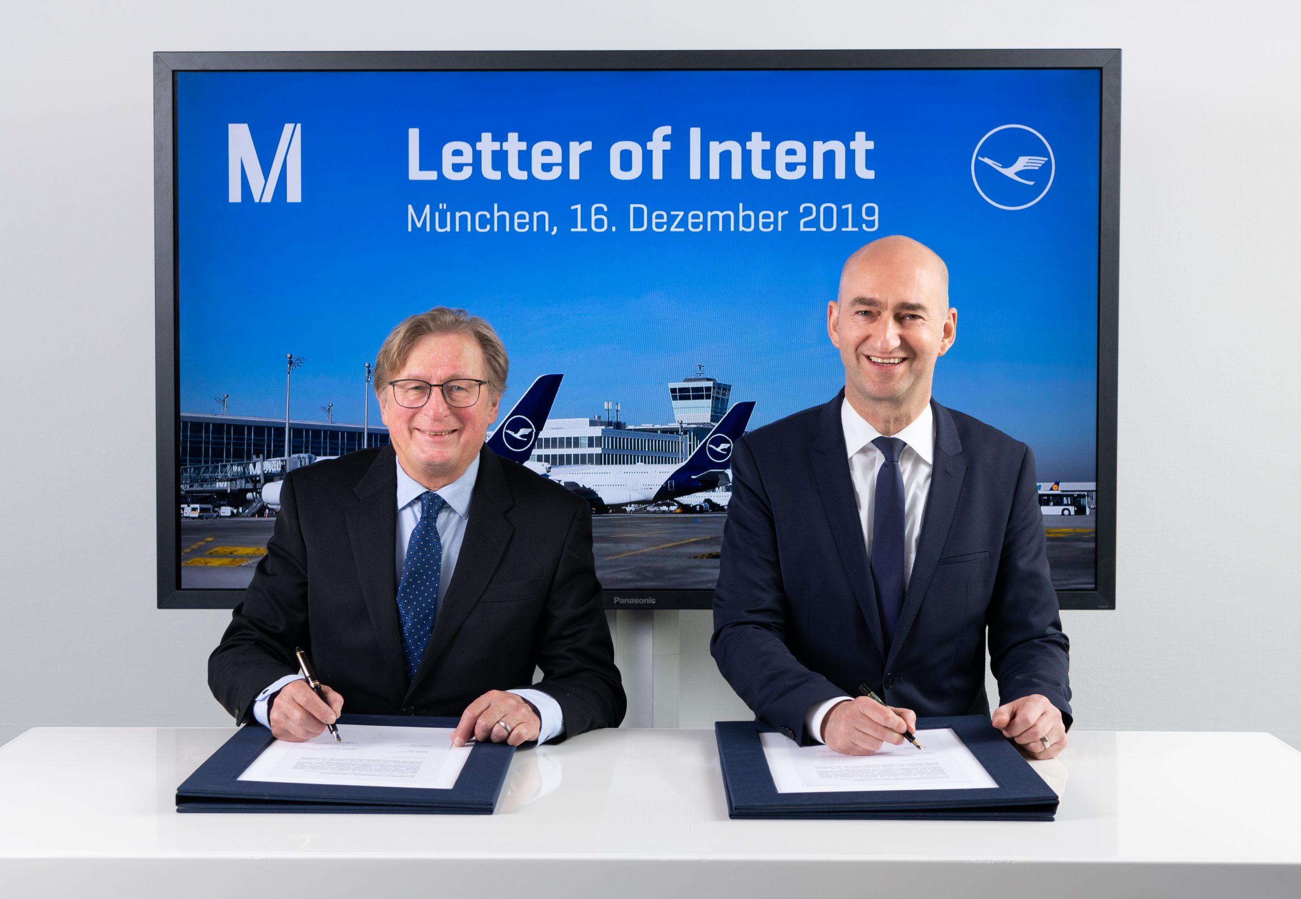 Michael Kerkloh (t.v.) bestyrelsesformand München Lufthavn og Wilken Bormann, direktør for Lufthansa Hub München underskriver intentionsaftalen. (Foto: Stephan Goerlich / FMG)