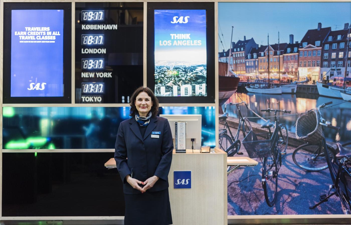 SAS-ansat byder velkommen til loungen. (Foto: SAS AB | PR)