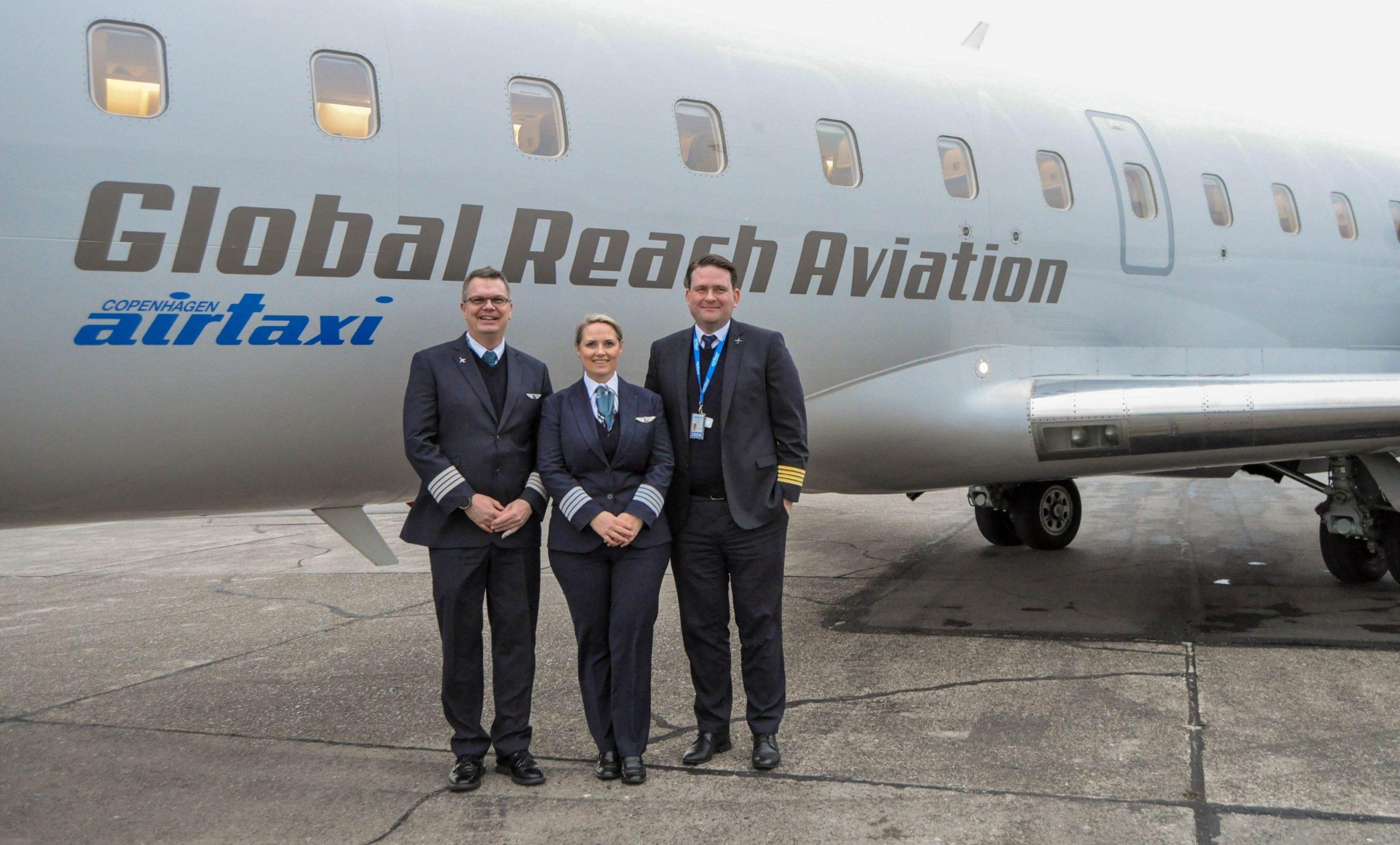 Jacob Rasmussen (t.v.), Camilla Engelbredt og Jimmy Arly Larsen foran en CRJ200 fra Global Reach Aviation. (Foto: Global Reach Aviation | PR)