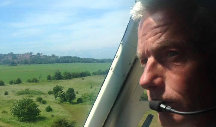Jesper Rungholm i cockpittet på sin helikopter. (Privatfoto)