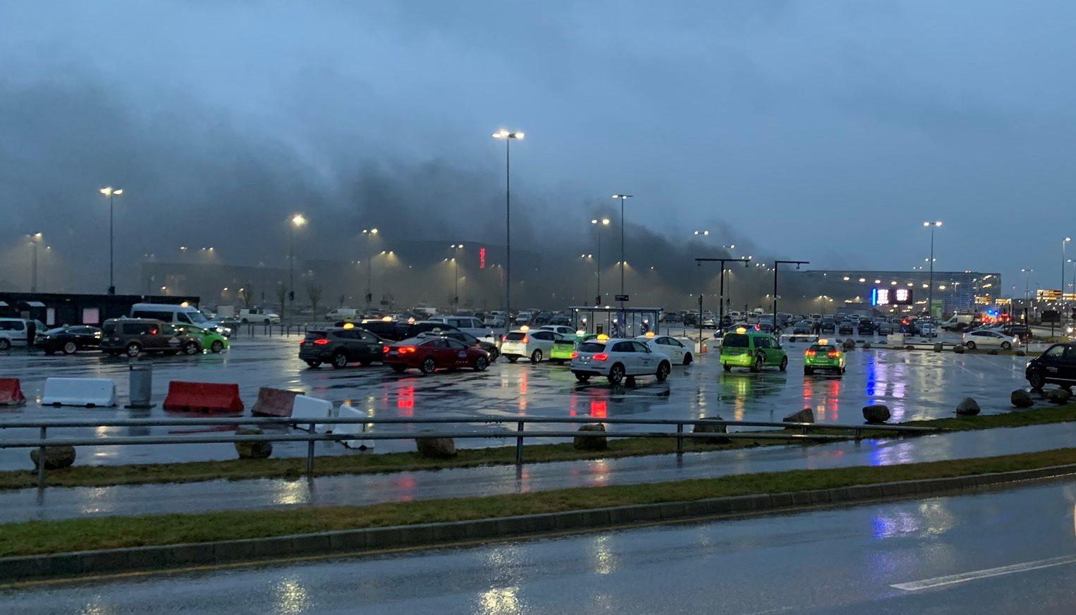 Kraftig røgudvikling fra det brændende parkeringshus i Stavanger Lufthavn. (Foto: stormy_chan93 | Twitter)