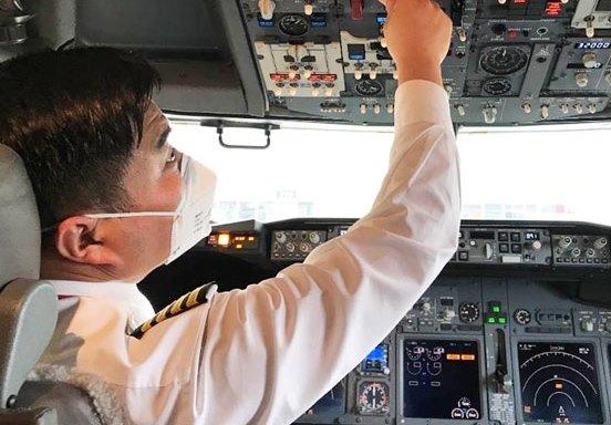Pilot i cockpittet på Hainan Airlines-fly. (Foto: Hainan Airlines   PR)