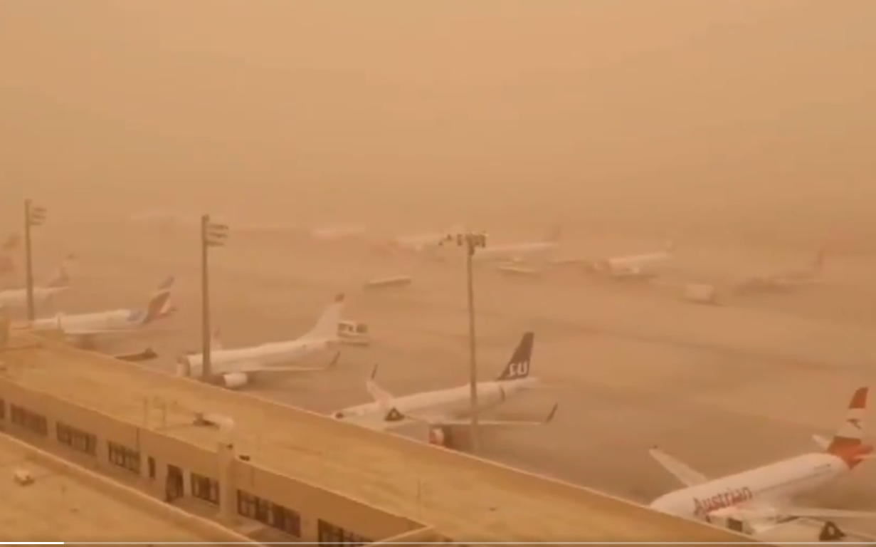Ventende passagerfly er fanget i sandstormen i Las Palmas Airport på Gran Canaria. (Foto: Controladores Aéreos)