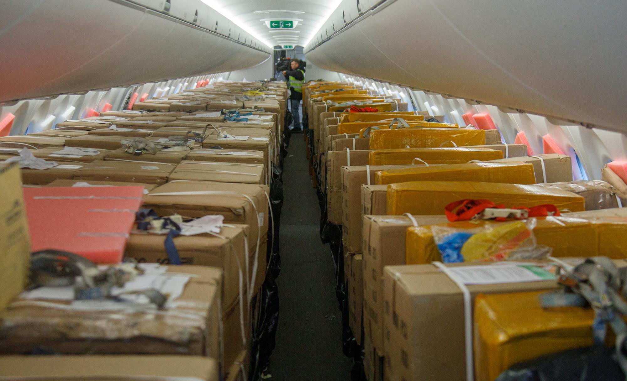Kabinen i Airbus A220-300 fra airBaltic fyldt med medicinsk udstyr. (Foto: airBaltic | PR)