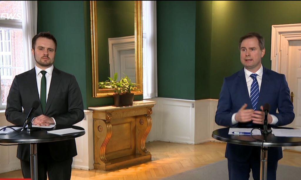 Erhvervsminister Simon Kollerup og finansminister Nicolai Wammen præsenterer den nye kompensationsaftale. (Foto: TV 2 News)