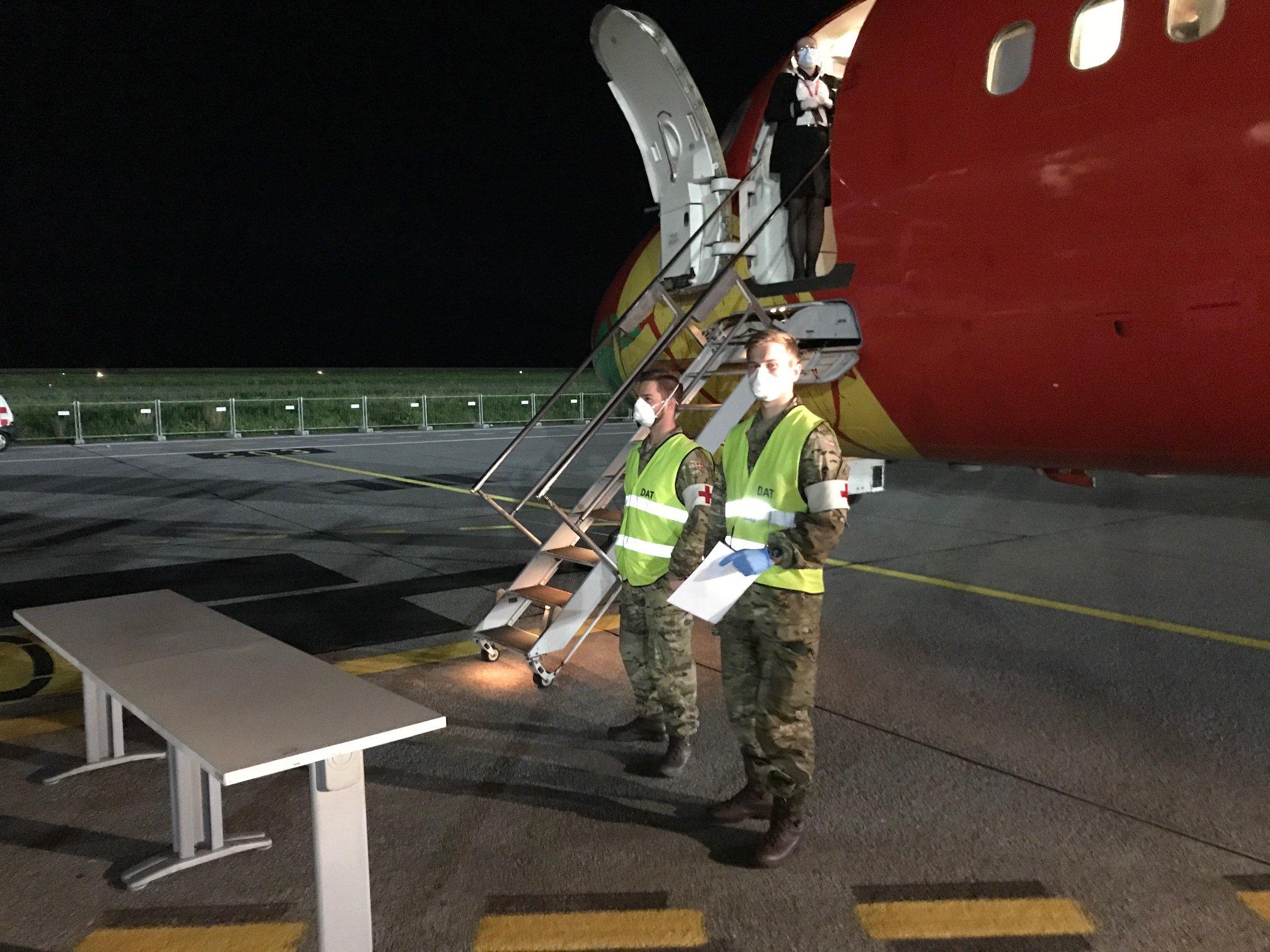 Sanitetspersonale fra Forsvaret tog imod passagererne ved DAT-flyet i lufthavnen i Genova. (Foto: Udenrigsministeriet)