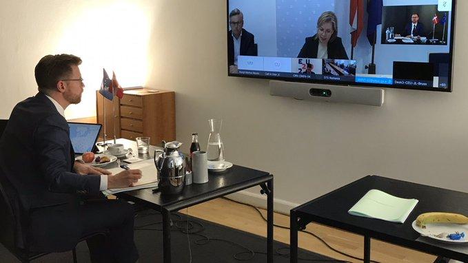 Transportminister Benny Engelbrecht til ministerrådsmøde via videolink. (Foto: Transport- og Boligministeriet)