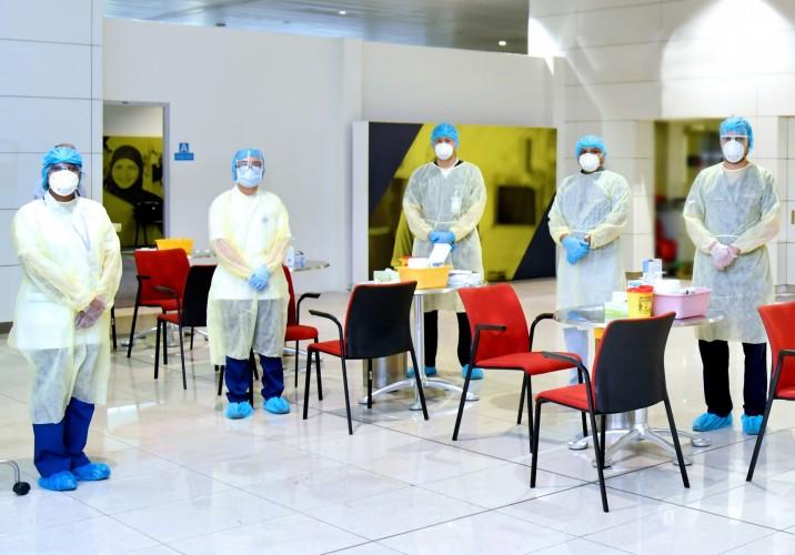 Ansatte fra Dubai Health Authority klar til coronatest i Dubai International Airport. (Foto: Emirates | PR)