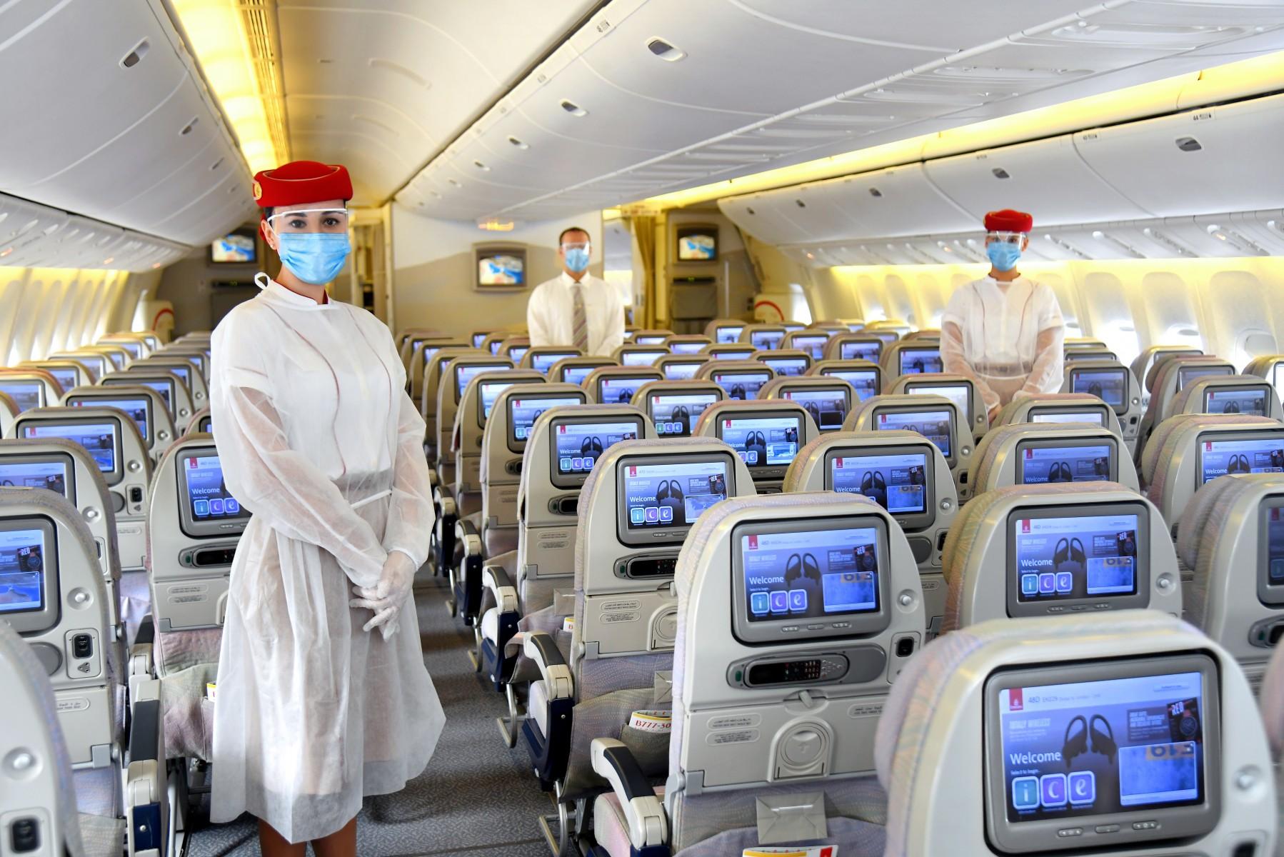 Besætningen hos Emirates skal ligesom passagererne være udstyret med masker og handsker. (Foto: Emirates | PR)