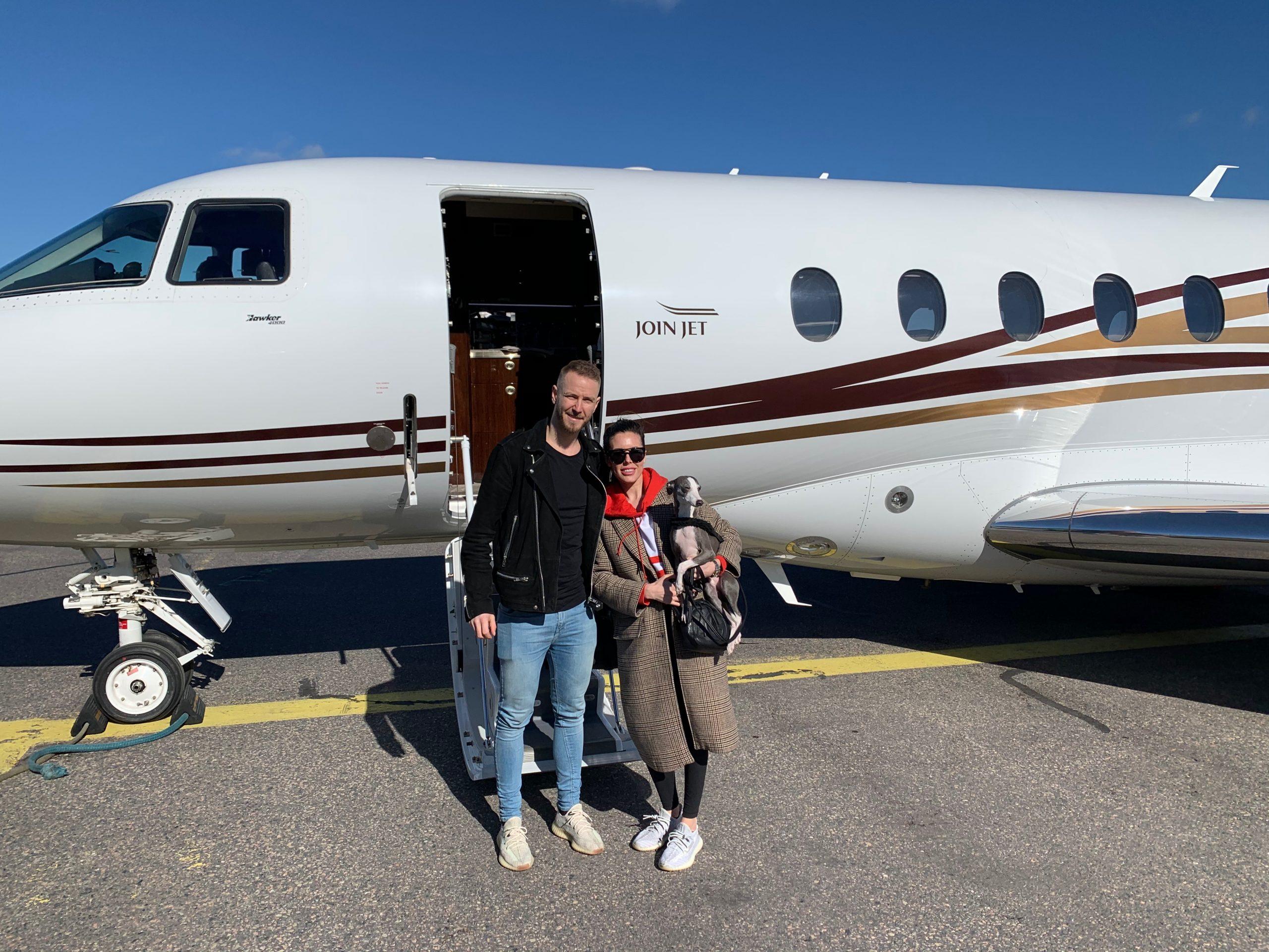 Den danske ishockeystjerne Peter Regin og hustruen foran Hawker 4000-flyet fra JoinJet. Foto: Privat