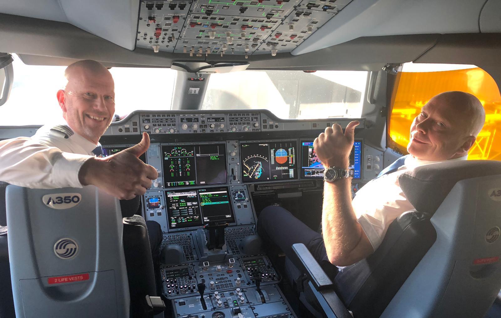 Flyvechef Thomas Lunding i kaptajnsædet (Foto: Udenrigsministeriet | Twitter)