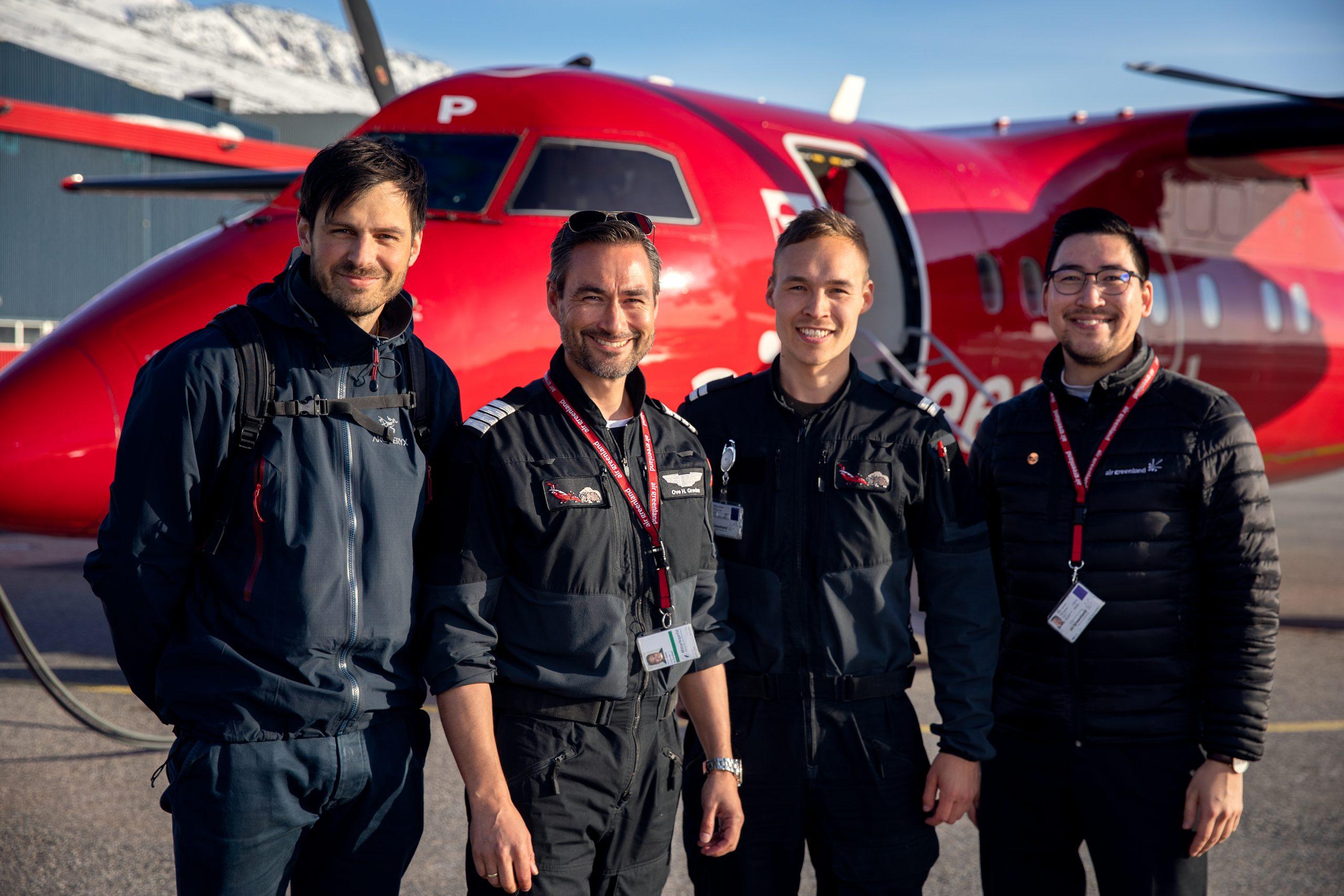 Fire personer var om bord på Dash-8-flyet fra Air Greenland, der foretog den historiske flyvning. Fra venstre: Læge Jakob Schröder, kaptajn Ove Heilmann Grødem, styrmand Alex Max Nathansen og kabinebesætningsmedlemmet Edvard Hammond. Foto: Emil Stach/Air Greenland