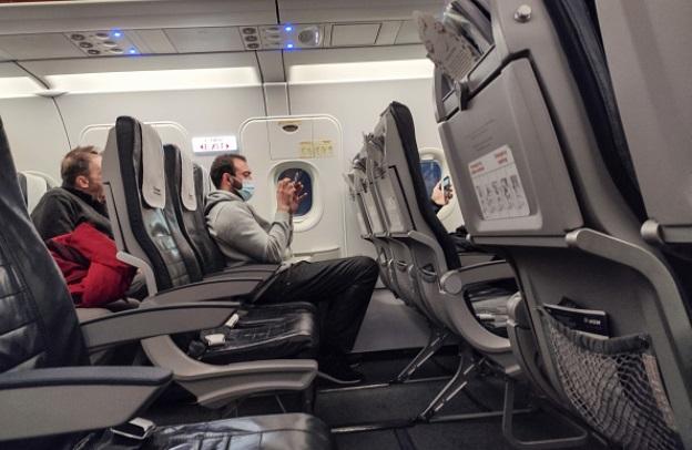 Passager med ansigtsmaske ombord på fly fra Aegean Airlines. (Foto: NurPhoto- Getty Images 1207641902)