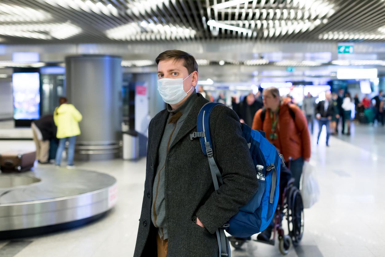 Passager med mundbind  i lufthavn. (Foto: Irina Velichkina – istockphoto.com | 1203177101)