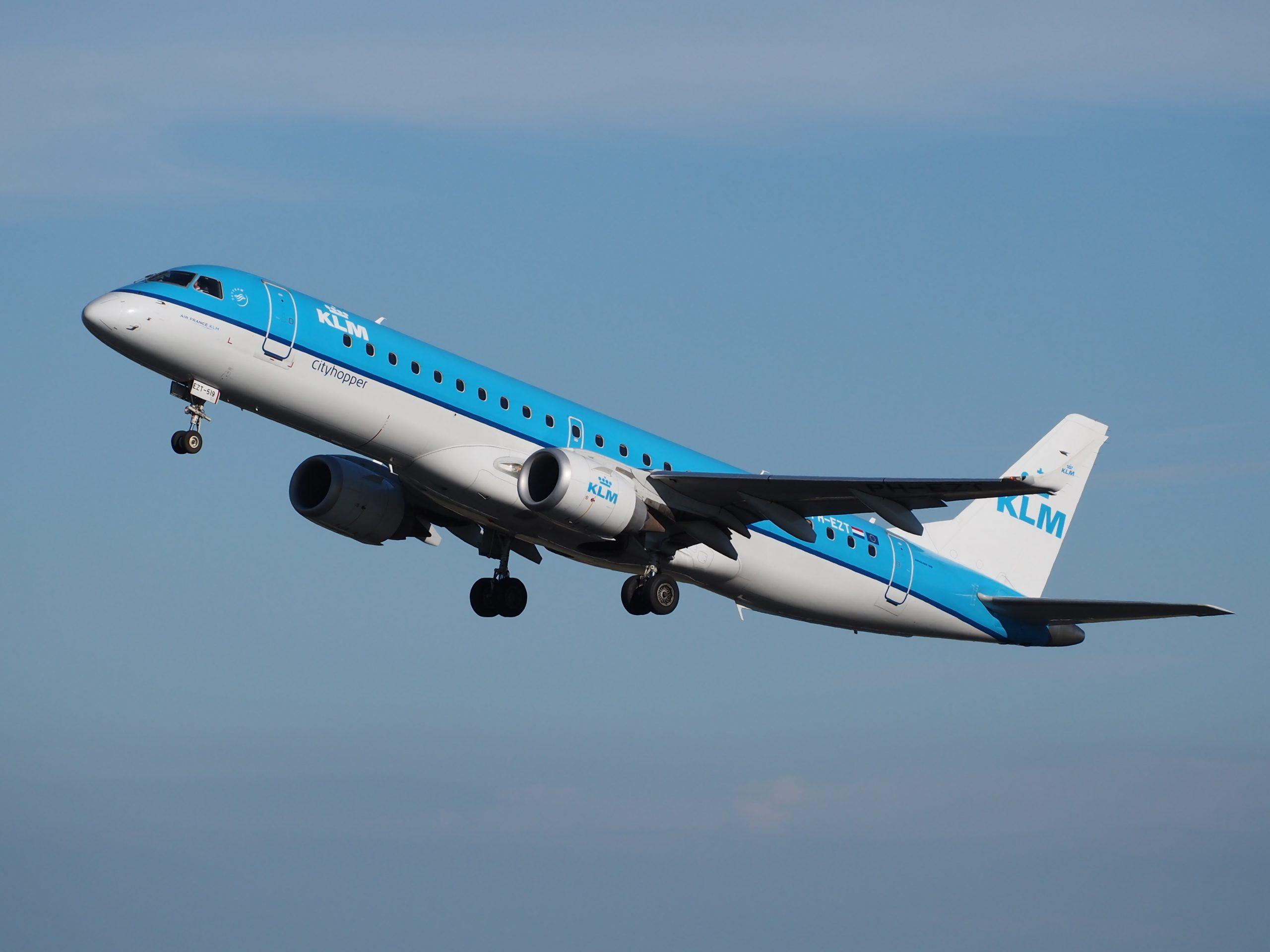 KLM Embraer ERJ-190 under opstigningen fra Amsterdam Schiphol Airport. (Foto: Alf van Beem)