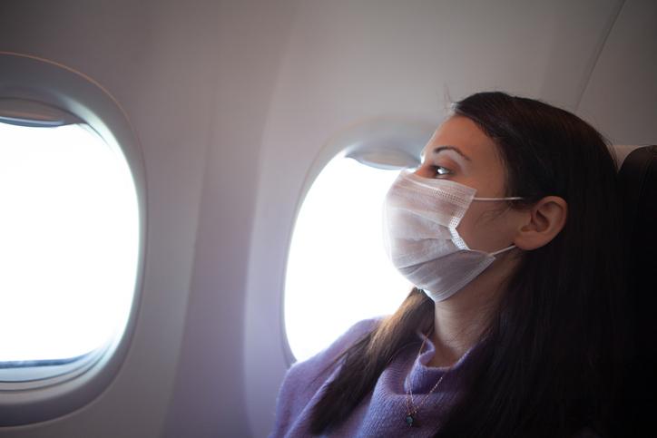 Passager i fly med mundbind. (Foto: Evrim Ertik – iStock-1211188063)