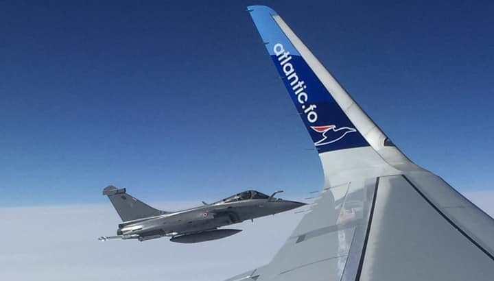 Under den sidste testflyvning med den nye Airbus A320neo til Atlantic Airways fik man selskab af et Dasault Raffale kampfly nær Biscarrosse. (Foto: Jakup Egil Jensen)