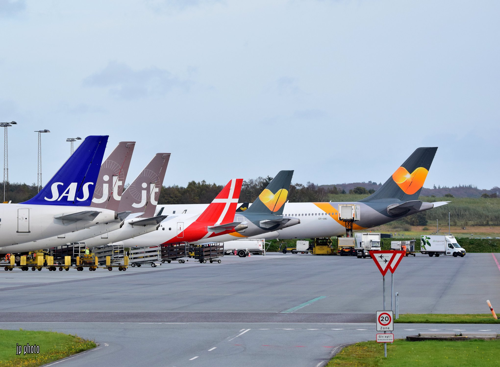 Tre danske charterflyselskaber i Billund Lufthavn. (Foto: Jannick Spangsberg Pedersen)