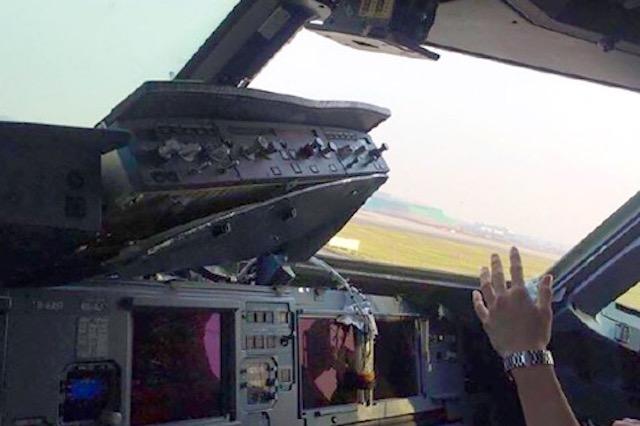Det beskadigede cockpit med manglende vindue. (Foto fra websitet Weibo)