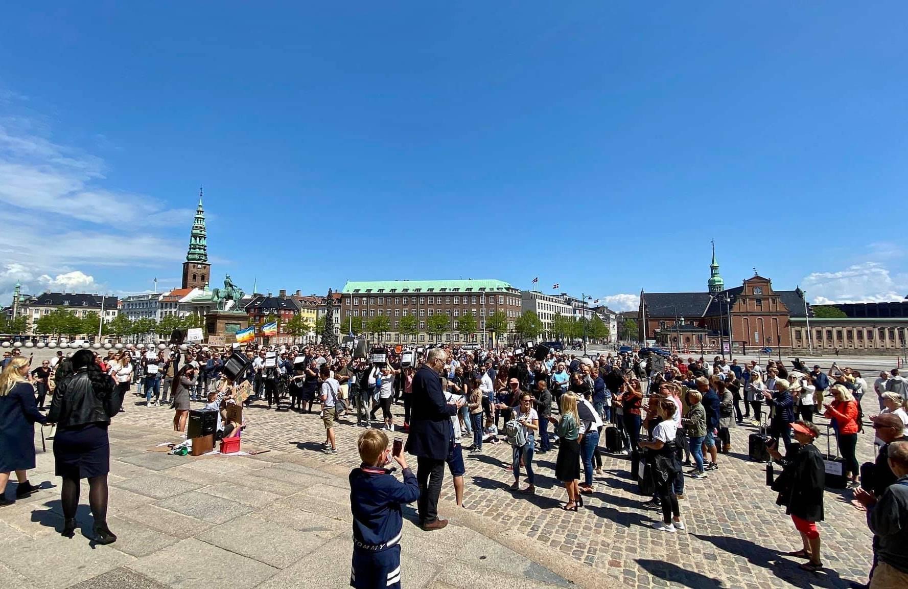 Mellem 500 og 800 var samlet til demonstrationen på Christiansborg Slotsplads. (Privatfoto)
