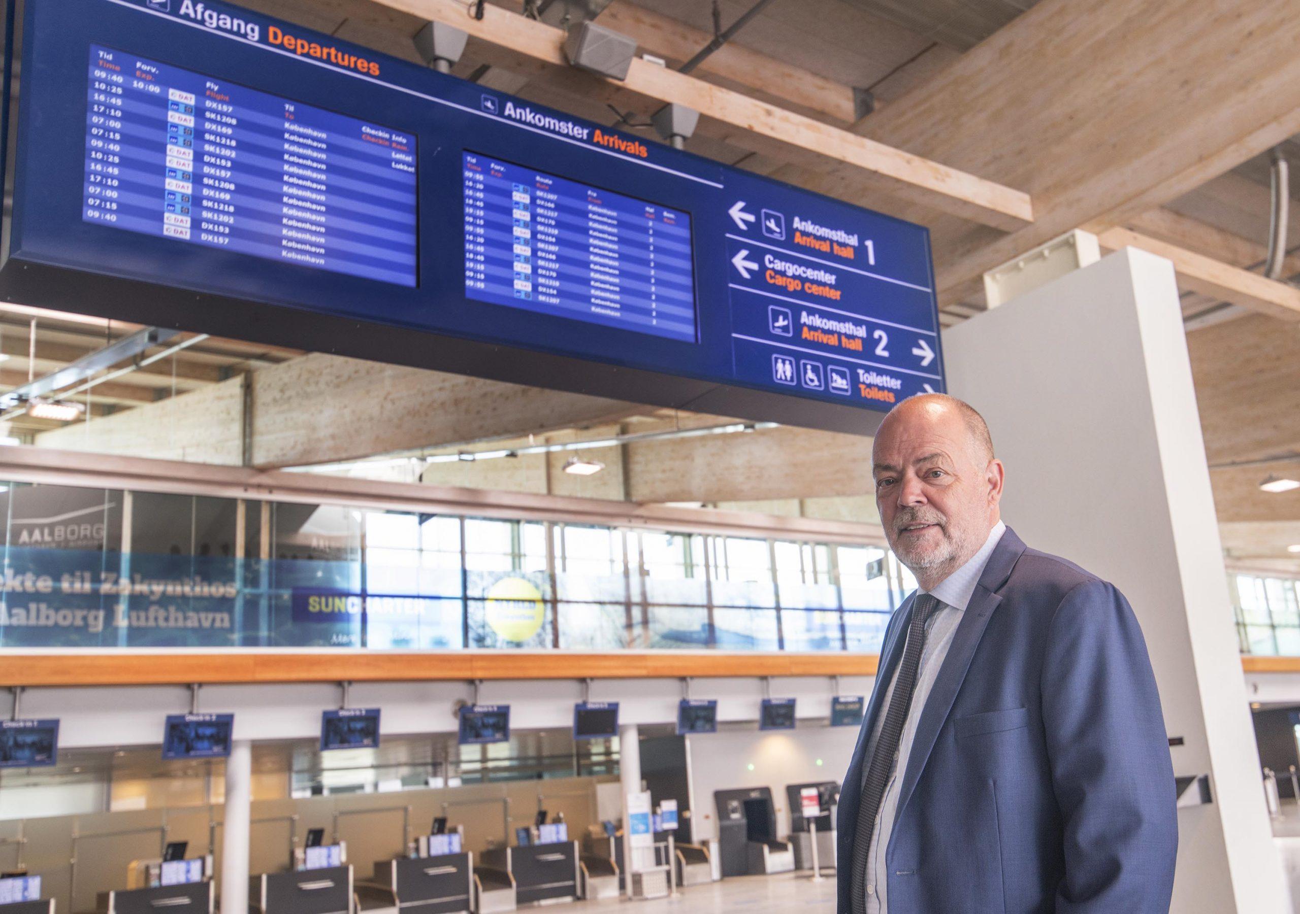 """Adm, direktør Søren Svendsen i Aalborg Lufthavn kan midt i en """"coronatid"""" glæde sig over ,at DAT nu sammen med SAS optager det meste af afgang- og ankomst skærmene. (Foto: Joakim J. Hvistendahl)"""