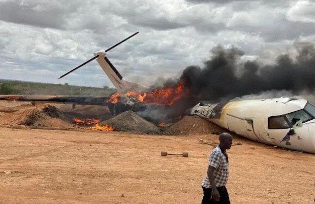 Det ødelagte Dash 8-Q400-fly i lufthavnen i Beledweyne i Somalia.