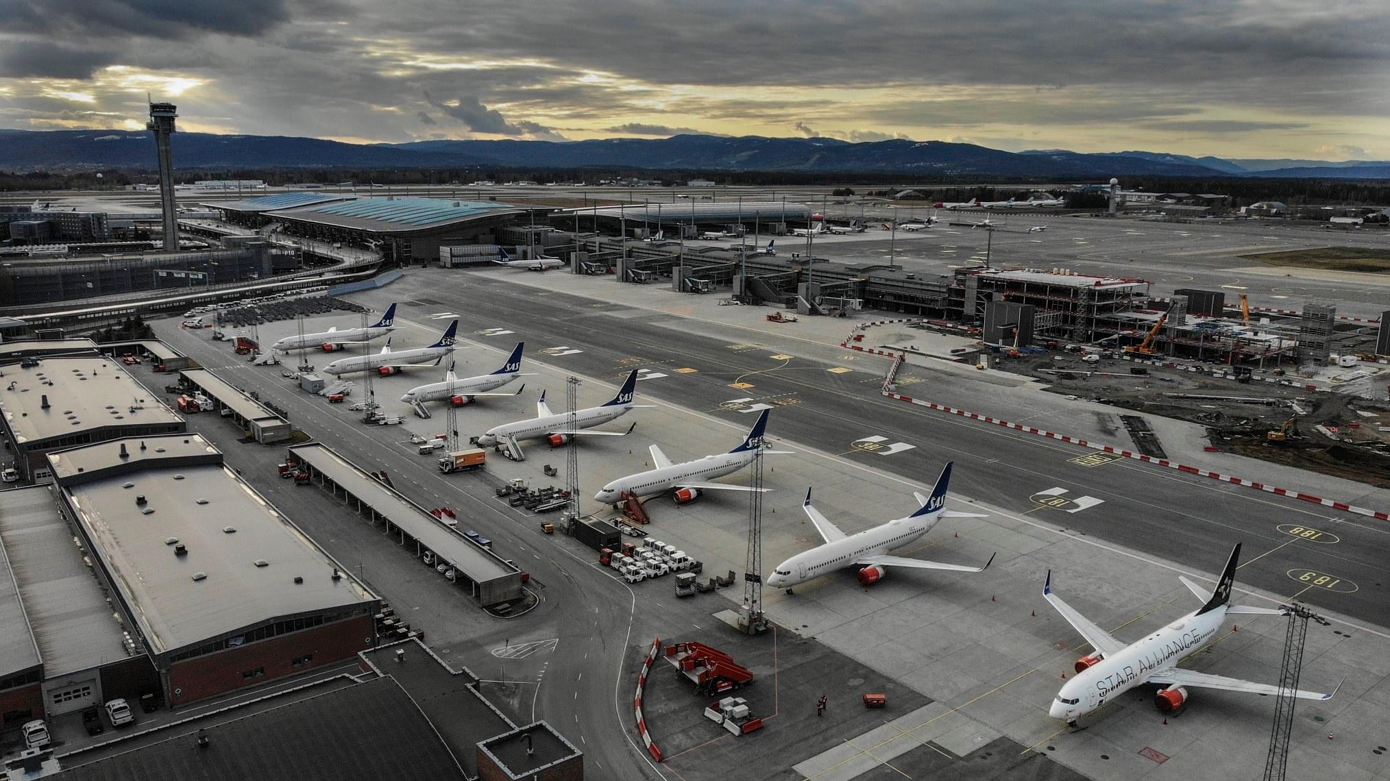 Boeing 737-fly fra SAS parkeret i Oslo Lufthavn under COVID-19-nedlukningen. (Foto: Avinor)