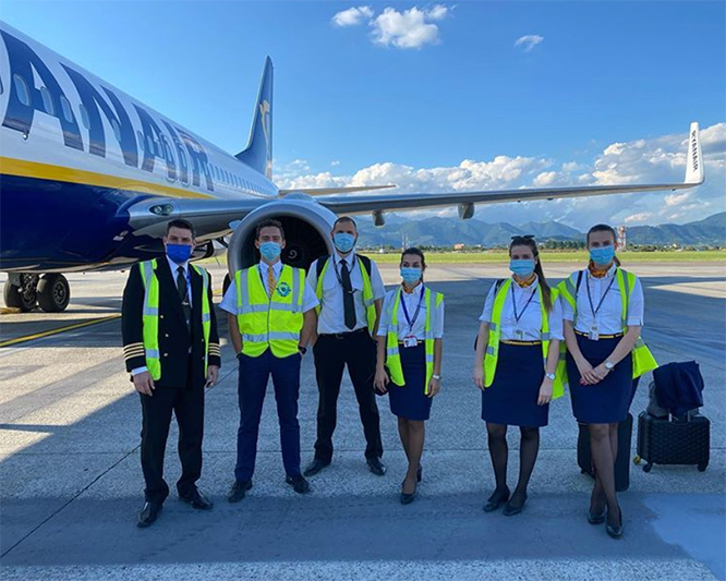Ryanair-crew med korrekt COVID-19-beskyttelse. (Foto: Ryanair | PR)