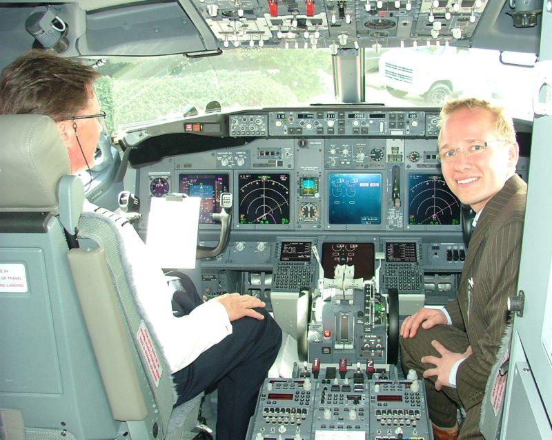 Aktieanalysechef Jacob Pedersen i cockpittet på en af Norwegians Boeing 737-800 under besøg hos Boeing i Seattle. (Foto: Henrik Baumgarten)