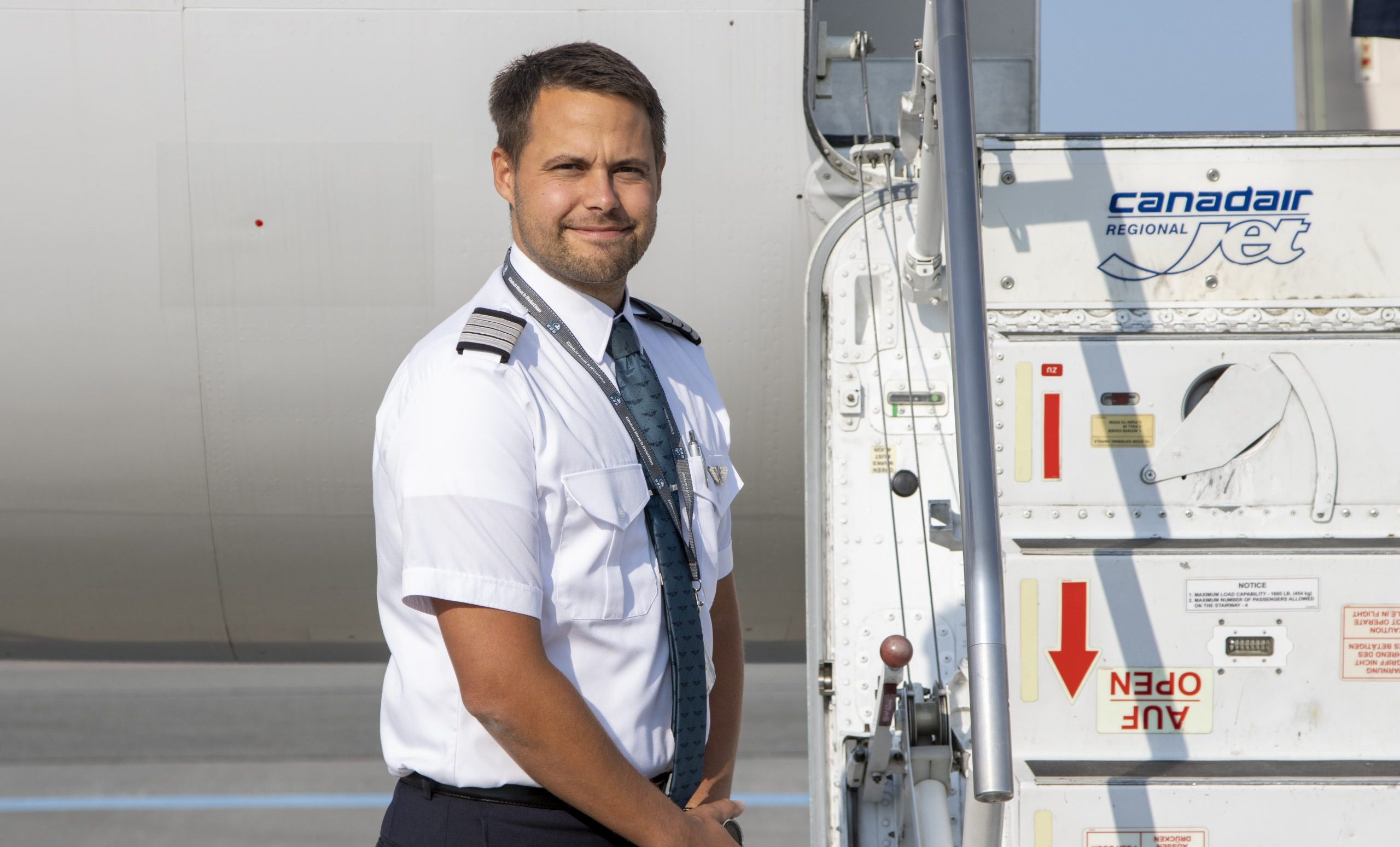 Kaptajn Poul Lind foran CRj-200-flyet fra Global Reach Aviation. Foto: Rasmus Rudloff/CAT