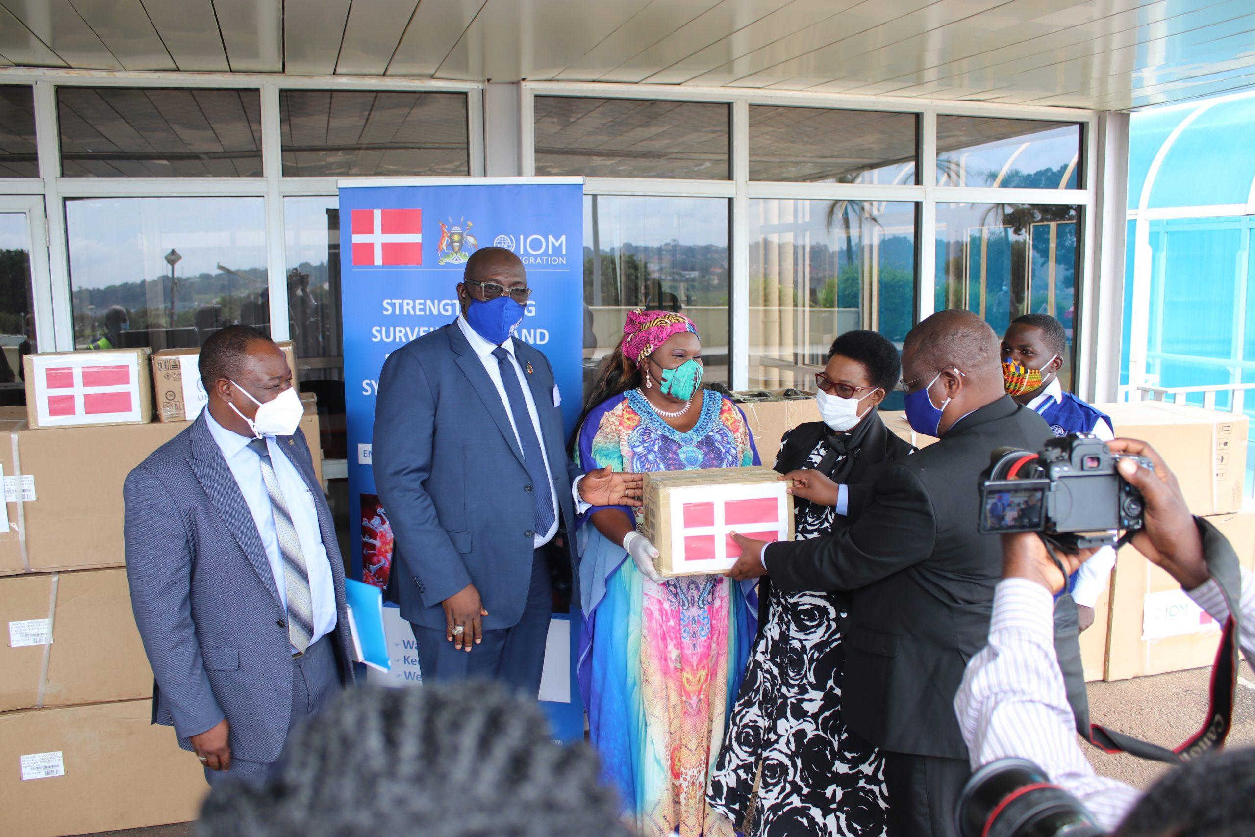 IOG Ugandas missionschef Sanusi Tejan Savage og FN´s udsending Rosa Malango overdrager udstyret til transportminister Joy Kabatsi og direktør for de civile luftfartsmyndigheder Fred Bamwesigye (Foto: IOM | PR)