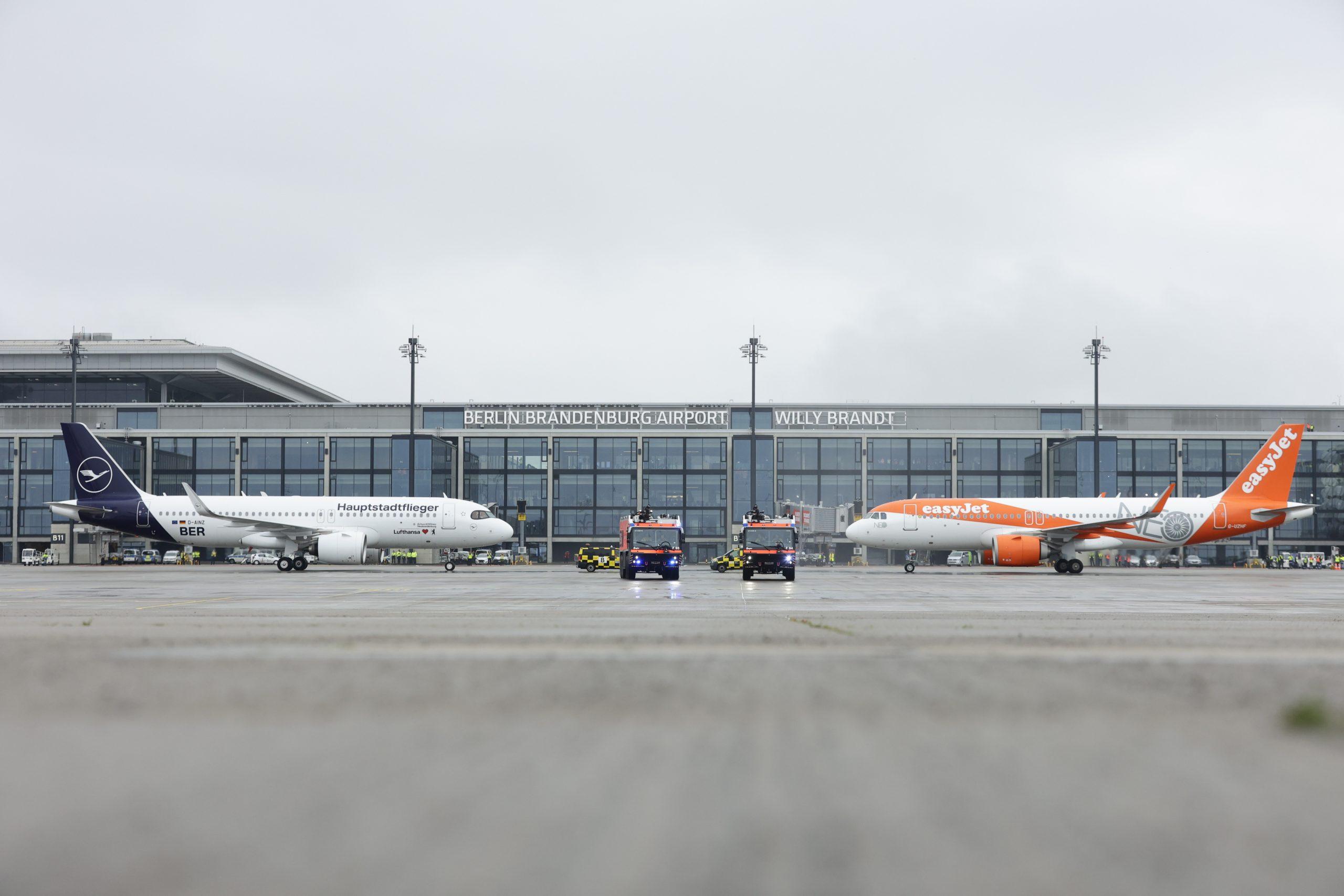 Fly fra Lufthansa og easyJet indviede åbningen af Berlin Brandenburg Airport. (Foto: Thomas Trutschel/Photothek)