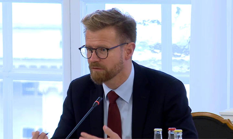 Transportminister Benny Engelbrecht ved det åbne samråd i Transportudvalget (Foto: Folketinget TV)