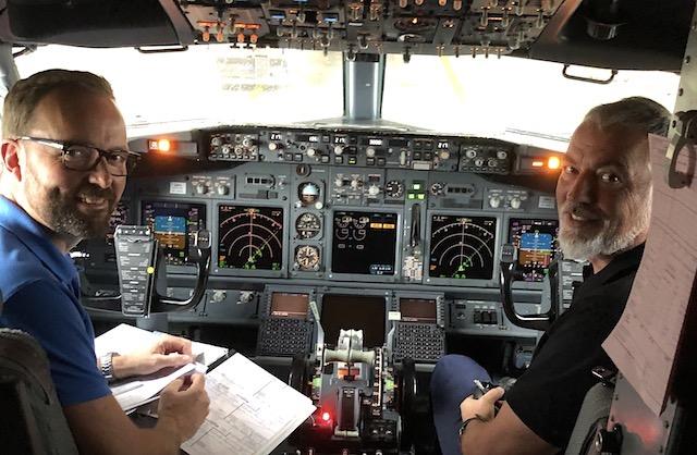 To Jettime-fly var for nyligt i på flyveture over Sjælland. Her i kaptajnssædet Safety Manager og kaptajn Thomas Koester. Til højre er det VP Flight Operations og kaptajn Tino Andersen. Foto: Jettime